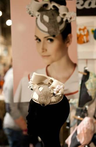 Streetstyle: Die Hutmacherin hat ein Studio in Hamburg. Dort entstehen auch aufwändige Modelle wie dieser Kopfschmuck mit Wolfsgesicht und Perlenverzierungen.