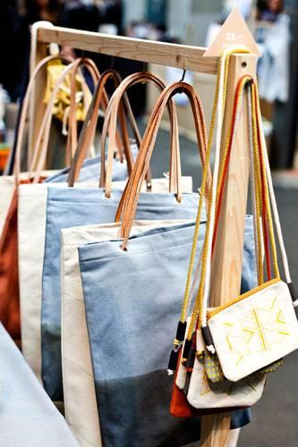 """Streetstyle: Connys Label heißt Værsgo - das ist Dänisch und bedeutet so viel wie """"bitteschön"""". Wir sagen """"danke sehr"""" für diese tollen Taschen mit Farbverlauf..."""