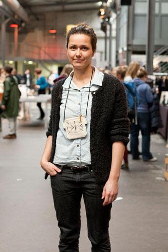 """Streetstyle: Conny aus München ist Grafikdesignerin, aber im Job fehlt ihr manchmal """"das Handwerkliche"""". Deswegen hat sie sich zuhause eine kleine Siebdruckwerkstatt eingerichtet, in der sie die Stoffe für ihre Laptoptaschen, Etuis und Beutel bedruckt."""