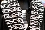 Den schwarz-weißen Schal von smiedig hätten wir am liebsten gleich behalten. Wie man so ein tolles Muster hinbekommt? Mit einer Strickmaschine, die per Hand betrieben wird.