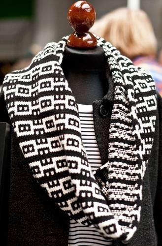Streetstyle: Den schwarz-weißen Schal von smiedig hätten wir am liebsten gleich behalten. Wie man so ein tolles Muster hinbekommt? Mit einer Strickmaschine, die per Hand betrieben wird.