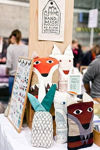 Streetstyle: Füchse, Vögel und Katzen tauchen immer wieder in Karins Designs auf. Uns hat es das Ananas-Kissen besonders angetan. Mehr zu ihren Entwürfen und Links zu diversen Shops unter www.karinlindeskov.com.
