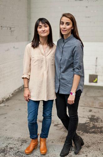 """Streetstyle: Zwei Schwestern mit Strick-Leidenschaft: Nuran (links) lebt in Berlin, Cihan in Hamburg, gemeinsam haben sie dieses Jahr das Stricklabel smiedig gegründet. Das ist Plattdeutsch und heißt """"geschmeidig""""."""
