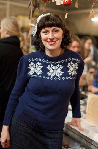 """Streetstyle: Die Dame im blauen Strickpulli heißt Nicola Kiss (""""wie die Rockband"""") und verkauft bei Hello Handmade Zopfgummis, Buttons und skurrile Stofftiere..."""