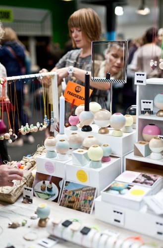 Streetstyle: Neben der Holzkugelkette, die sie auch selbst trägt, gehören Fotopostkarten und Deko-Objekte wie Kerzenständer zu ihrem Angebot.