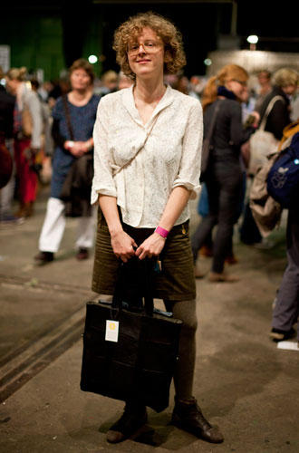 Streetstyle: Vor knapp zwei Jahren hat sich Alex aus Berlin mit ihrem Accessoire-Label Alex Bender selbstständig gemacht. Die Modedesignerin entwirft alles von der winzigen Geldbörse bis zum großen Shopper, den sie hier trägt. Die Preise reichen von 10 bis 250 Euro.
