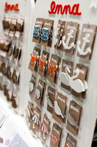 """Streetstyle: An Ennas Stand gab es wunderhübsch gestaltete Babystrampler, Karten, Mini-Stempel, Ketten und Broschen zu bewundern. Die Grafik-Designerin und Illustratorin hat uns verraten, was sich am besten verkauft: ihre Eulenbroschen und ein ABC-Poster: """"Das hängt inzwischen bestimmt in 1.500 Kinderzimmern."""" Weitere Infos und der Shop unter www.enna-online.com."""