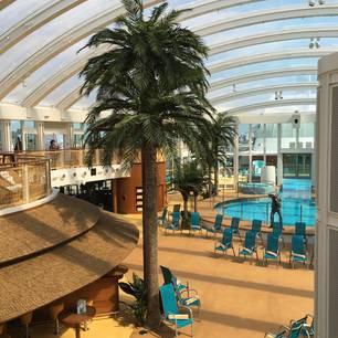 """""""Aida Prima"""": Wo bei vielen Kreuzfahrtschiffen ein offenes Sonnendeck viel Platz einnimmt, ist auf der """"Aida Prima"""" ein Dach drüber: Der mit einer speziellen Luftfolie überdachte Beachclub verspricht konstant sommerliche Temperaturen von 25 bis 27 Grad - und garantiert Regenfreiheit."""