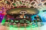 """Auf Deck 6 befindet sich die Disco """"D6"""" - hier wird die Nacht zum Tag gemacht. Nebenan gibt's mit dem """"Nightfly"""" einen weiteren Nachtclub mit Entertainment-Programm und Livemusik in Lounge-Atmosphäre."""