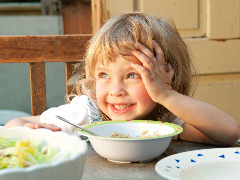 Diese Faustregel sagt dir, wie viel dein Kleinkind essen kann