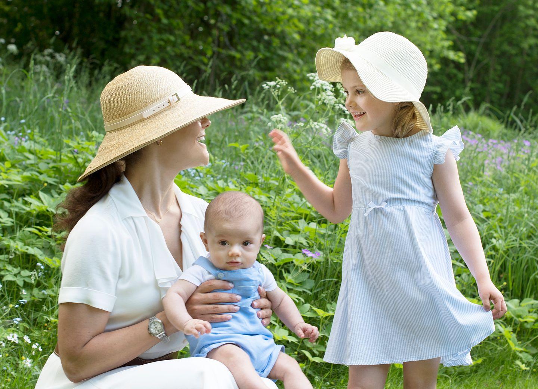So süß kuschelt Prinzessin Estelle mit Brüderchen Oscar