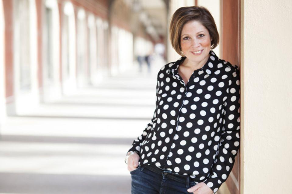 Franziska Ferber hat früher als Unternehmensberaterin gearbeitet. Nachdem sich ihr eigener Kinderwunsch nicht erfüllt hat, ließ sie sich zum systemischen Coach ausbilden und betreut nun Menschen, denen es auch so geht. Mehr zum Thema und ihrer Arbeit findet ihr unter www.kindersehnsucht.de.