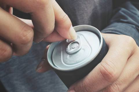 Hilft es wirklich, mit dem Finger auf die Coladose zu klopfen?