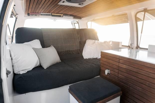 Coole Verwandlung: Ein alter Van wird zum mobilen Zuhause auf Rädern