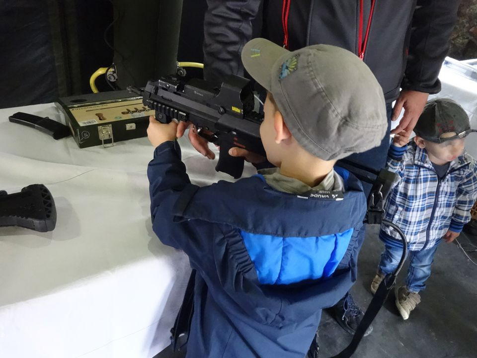 Bundeswehr lässt Kinder mit echten Waffen spielen