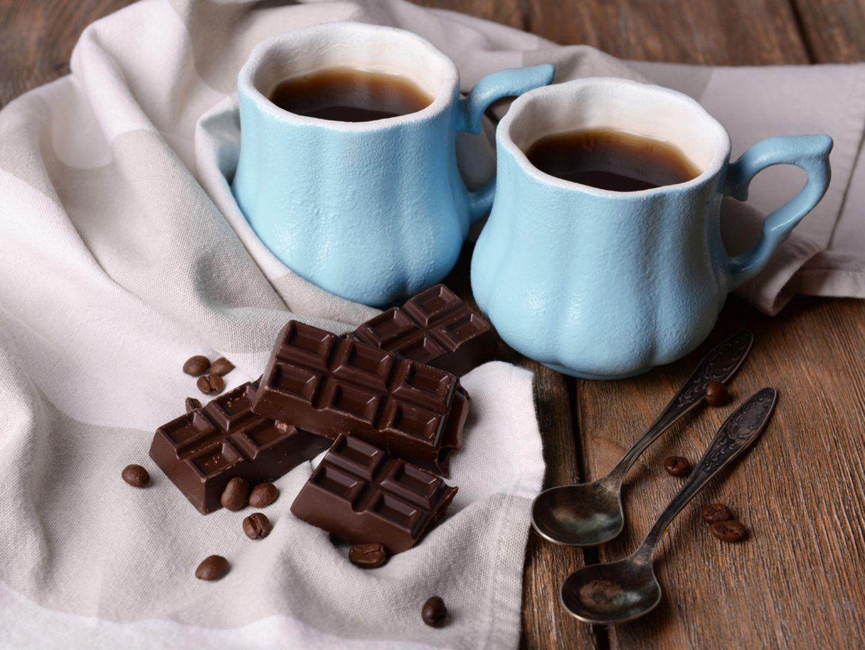 Sirtfood diet: two mugs of coffee and dark chocolate