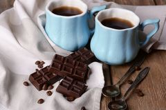 Sirtfood-Diät: Zwei Becher Kaffee und dunkle Schokolade