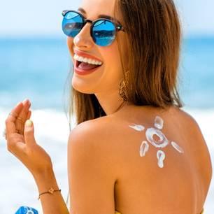 Frau mit Sonnecreme auf dem Rücken