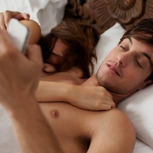 Hängt er noch an seiner Ex: Paar im Bett