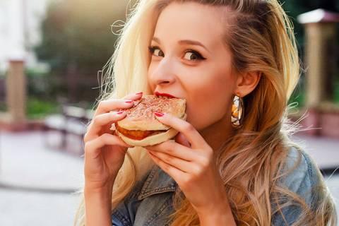 Zu dieser Tageszeit dürft ihr am meisten essen!