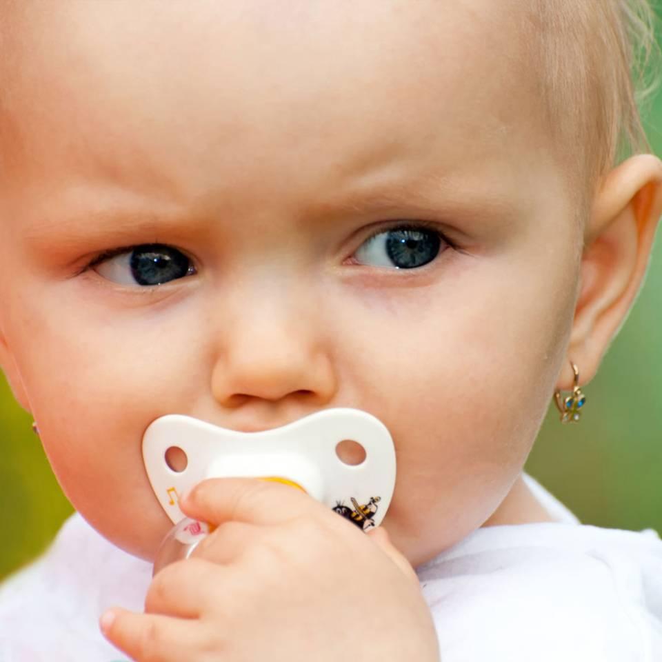Zu jung für Piercings: Gehören Baby-Ohrlöcher verboten?