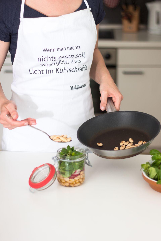 Feldsalat und geröstete Mandeln hinzugeben