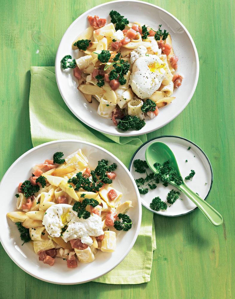 """Italienische Pasta, sahnig abgeschmeckt,dazu deutscher Katenschinken und Ei-Topping - ein Genuss, gleich mal ausprobieren! Zum Rezept: Pasta mit gebratenem Spargel und """"verlorenem Ei"""""""