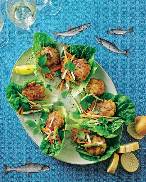 Mit knackigen Gemüsestreifen landen die exotisch gewürzten Seelachshappen auf Römersalat an ? bevor die Vorspeise von der Hand in den Mund geht. Zum Rezept: Asiatische Fischbuletten