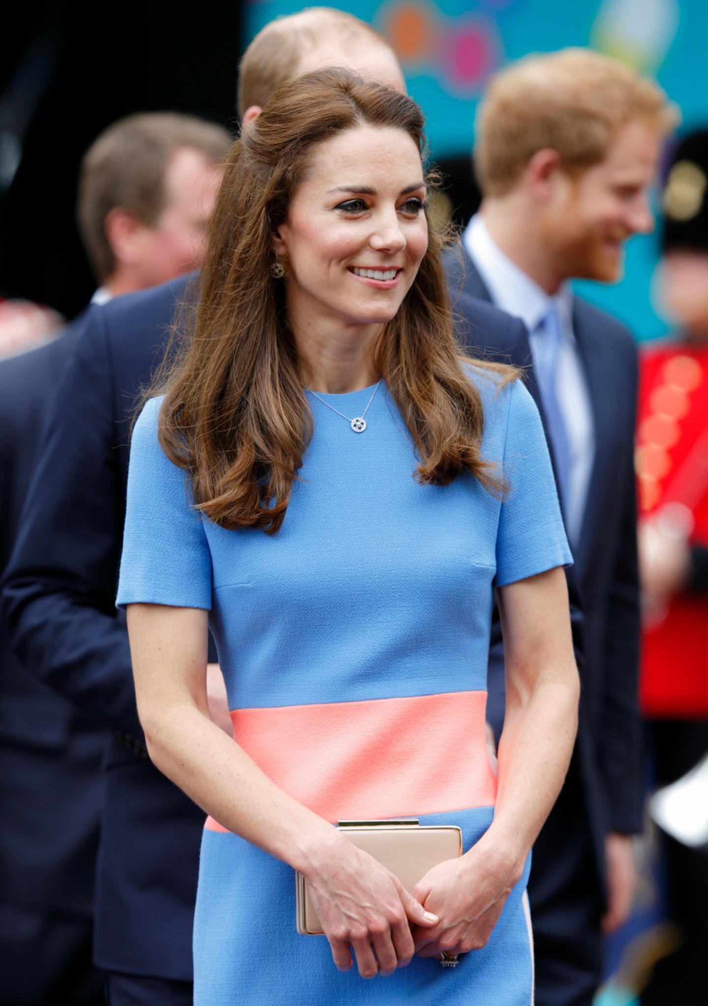 """Es war der krönende Abschluss der Geburtstagsfeiern der Queen: das Mega-Picknick vor dem Buckingham Palace mit 10.000 geladenen Gästen. Beim """"The Patron's Lunch"""" trug Kate ein Kleid von Roksanda Ilincic – das """"Marwood Color Block Dress"""" aus Wollkrepp in den Farben Roksanda Blau, Sorbet und Blush. Das Kleid war um die Hälfte auf 490 Pfund reduziert worden. Im Moment ist es ausverkauft. Die kurzen Ärmel waren für das Londoner Nieselwetter vielleicht nicht ideal ..."""