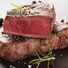 Steak grillen: Zwei Stück Grillfleisch, fertig zum Servieren