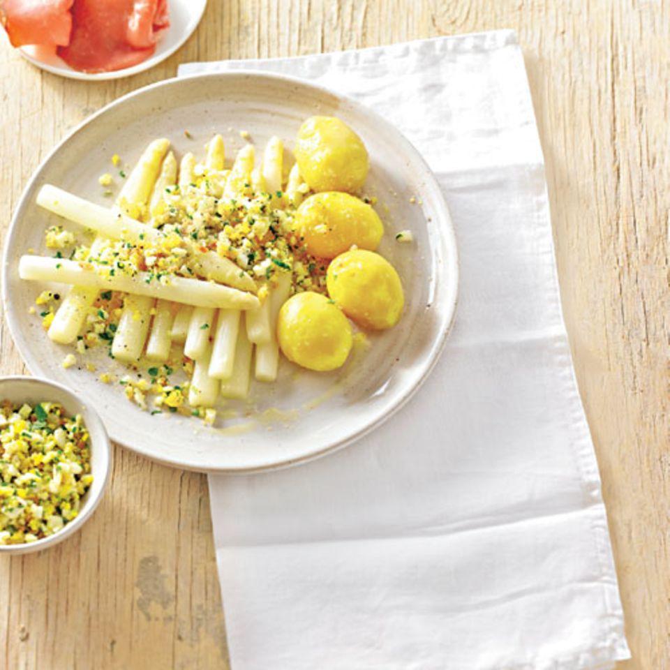 Spargel mit Kräuter-Ei-Bröseln