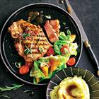 Schweinekoteletts mit Aprikosen-Tomaten-Salat und Kartoffelstampf