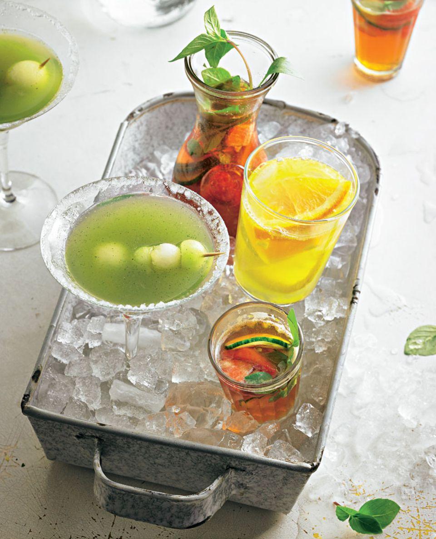 Birnen-Sangria neben anderen Sommer-Cocktails