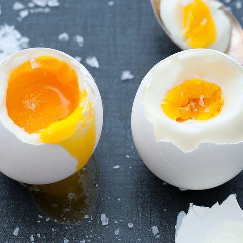 Eier kochen: Ein hart- und ein weichgekochtes Ei