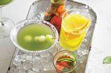 Melonen-Margarita neben anderen Sommer-Cocktails