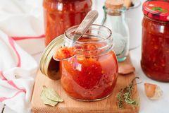 Ketchup selber machen: Einmachgläser mit selbst gemachtem Ketchup
