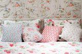 Bunte Kissen und Decken im Schlafzimmer
