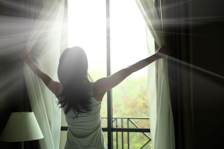 Gute Vorhänge dunkeln das Schlafzimmer richtig ab