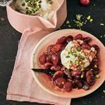 Anders als bei Kompott kommt beim Röster kein Wasser dazu, die Früchte dünsten (im Ofen) im eigenen Saft. Die Creme mit Pistazien-Krokant komplettiert das Dessert