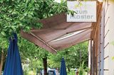 Holzvertäfelte Gemütlichkeit, gemischtes Publikum, gute Auswahl an Weinen, königliche Kartoffelgratins (Preysingstraße 77, Tel. 447 05 64).