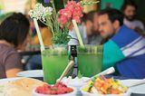 Die sympathischen Betreiber des israelischen Szene-Restaurants werden von Gästen nahezu überrannt. Hausgemachte Limonana (Zitronen-Minz-Limonade) trinken (3,50 Euro), dazu grünes Shakshuka (7,50 Euro) oder gemischte Meze ab ca. 3 Euro (Metzstraße 15, Tel. 44 49 96 33, www.nana-muenchen.de).
