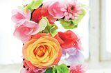 Blütenbuchstabe        Die Blumen-Type lässt sich kinderleicht stecken und macht auch auf Festen was her - Hochzeiten, Taufen, runden Geburtstagen ...      17 cm Höhe      Material: Pappbuchstabe in ca. 17 cm Höhe (z. B. von Rayher), wasserfester Lack, Pinsel, Cutter, etwas Blumensteckmasse, Heißklebepistole, Blumen.        So wird's gemacht:Mit dem Cutter vorsichtig den Deckel vom Buchstaben abschneiden. Den Buchstaben ringsherum gut mit wasserfestem Lack anmalen, trocknen lassen.