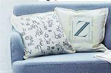 """Kissen        Audrucken lassen oder selber stempeln? Große oder kleine Buchstaben? Beides! Beide Outfits sind nämlich schnell gemacht.      50 cm x 50 cm      Material:Für das bestempelte Kissen: Ein fertiges Kissen (z. B. """"Gurli"""" von Ikea), wasserfeste Stempelkissen in gewünschten Farben (z. B. """"Stazon"""" von Rayher), verschiedene Buchstabenstempel (z. B. von Cavallini & Co. oder Knorr-Prandell). Für das Kissen mit Bügelmotiv: Ein fertiges Kissen (z. B. """"Gurli"""" von Ikea), schöne Schriften aus Zeitungen, Kopierer, Copyshop, Schere.      So wird's gemacht:Neue Kissenhüllen immer waschen, trocknen und glatt bügeln.  Für den Stempel-Look: Kissen mit Buchstaben bestempeln.  Für den Bügelmotiv-Look: Schriften ausschneiden, miteinander kombinieren, kopieren und vergrößern. Im Copyshop die Vorlage auf Stofftransferfolie übertragen lassen und aufs gebügelte Kissen drucken lassen.  Kissen mit der Hand waschen."""