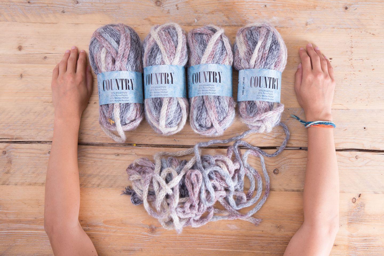 Stricke deine erste Wolldecke mit den Armen. In weniger als anderthalb Stunden kannst du dich in eine flauschige, warme Decke kuscheln. Die Technik dazu lernst du im Handumdrehen.      Material        Für Armstrick-Projekte brauchst du nur sehr wenig dicke Wolle und deine Arme. Du kannst natürlich auch dünnere Wolle verwenden. Bedenke jedoch, dass die Maschen relativ groß sind.  Für eine Wolldecke mit den Maßen 1 m x 1,50 m verwende ich vier Knäuel Wolle.  Zusammensetzung der Wolle: 30% Wolle, 25% Nylon, 10% Mohair, 35% Acryl  Nadelstärke: 12-15 mm  Lauflänge: 100gr - 34 mt