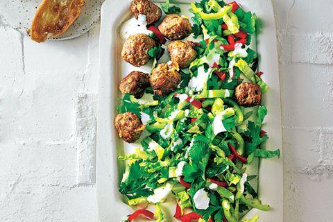 Römersalat mit Spitzpaprika und Hackbällchen