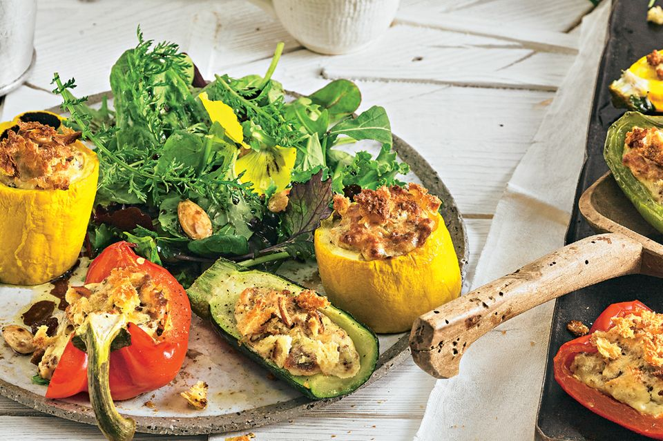gefülltes Gemüse mit Wildkräutersalat