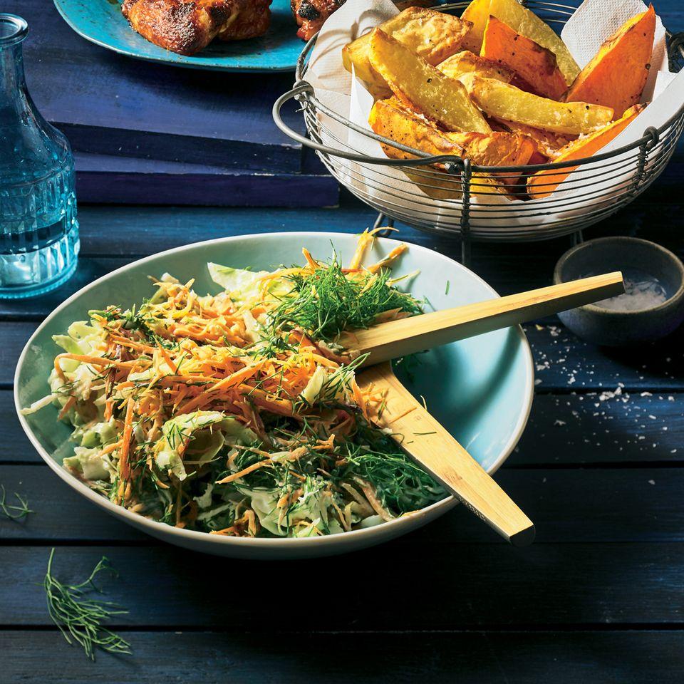 Spitzkohl-Slaw mit Kartoffel-Wedges und Chicken-Wings