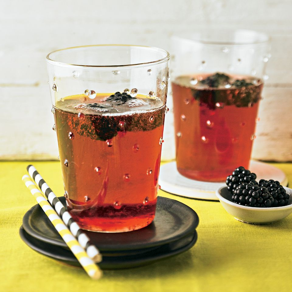 Rosen-Cocktail mit Beeren