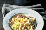 Als Erfinderin des Nudeleintopfs gilt die amerikanische Koch-Ikone Martha Stewart. BRIGITTE-Kochprofi Marie-Louise Barchfeld macht ihn mit würziger Wurst, Wirsing und Fenchel herzhaft italienisch