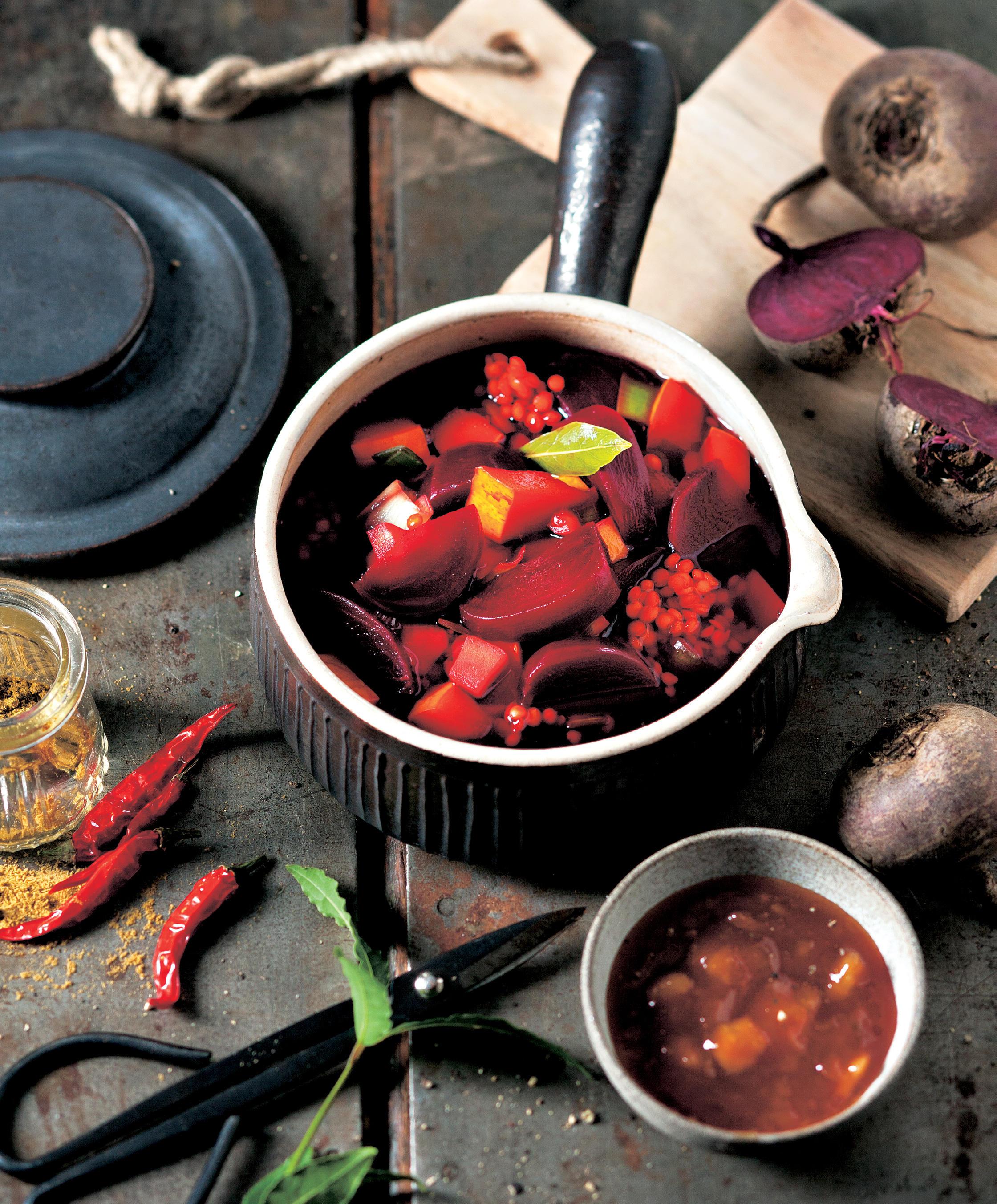 Vegane Küche hat keinen Wumms und braucht furchtbar viele Zutaten? Probieren Sie diese Borschtsch-Variation! Da ist Süße drin, Schärfe - und beim Einkauf müssen Sie sich garantiert nicht abschleppen